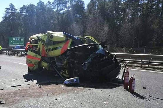 V hudi nesreči na podravski avtocesti popolnoma zmaličeno reševalno vozilo (foto)