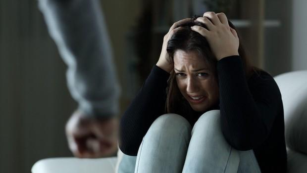 SOS telefon za žrtve nasilja opozarja, da je epidemija poglobila znane stiske in ustvarila nove (foto: profimedia)