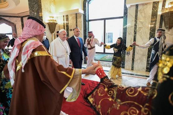 Papež Frančišek na zgodovinskem obisku v Iraku pozval h končanju nasilja
