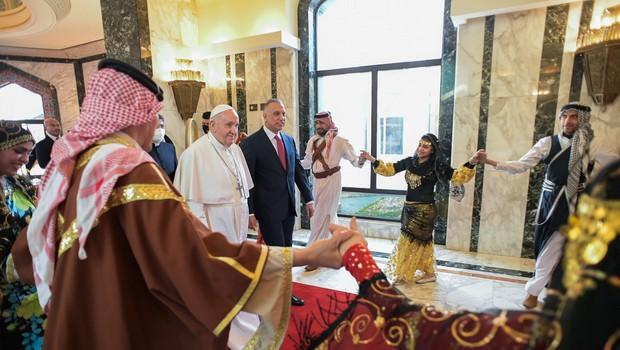 Papež Frančišek na zgodovinskem obisku v Iraku pozval h končanju nasilja (foto: Profimedia)