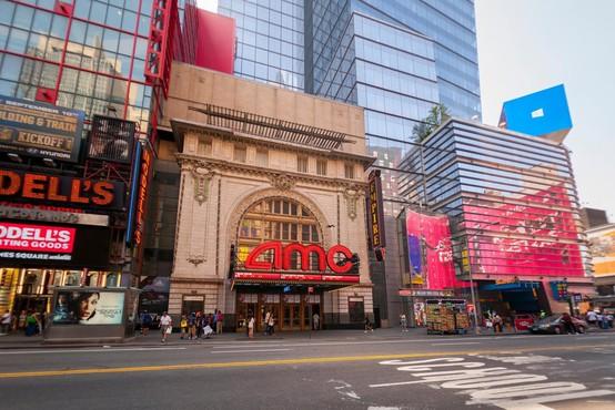 V mestu New Yorku so po enem letu od izbruha epidemije ponovno odprli kinodvorane