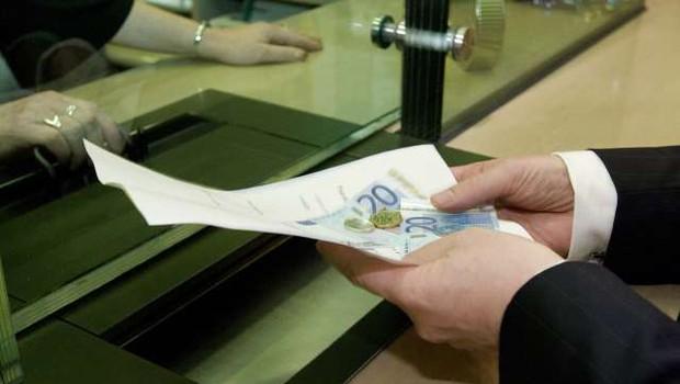 Za plačilne storitve Slovenci v povprečju namenijo 70 evrov letno (foto: Bogdan Macarol/STA)