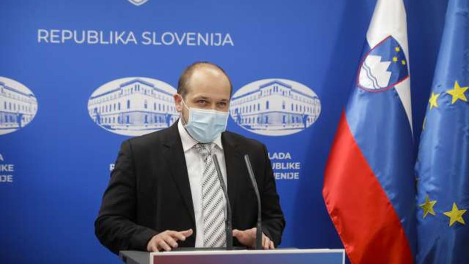 Poklukar: Slovenija začasno prekinja cepljenje s cepivi AstraZenece (foto: Anže Malovrh/STA)