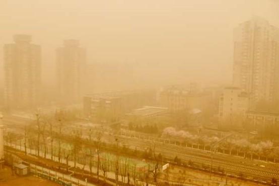 Severno Kitajsko zajel obsežen peščeni vihar