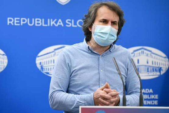 Pokorn: Ni dokazov, da bi bilo nošenje mask nevarno za otroke