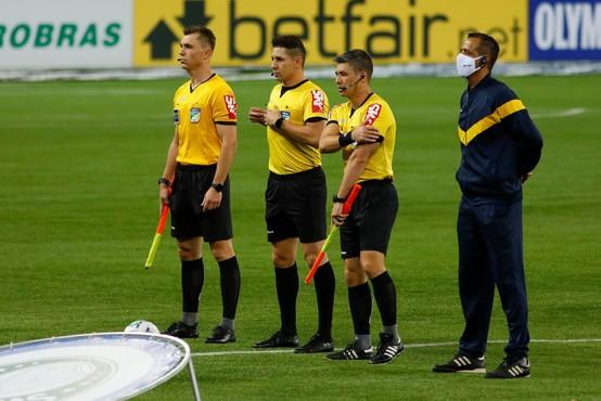 Nogometni sodnik tik pred začetkom tekme uriniral kar v hlače