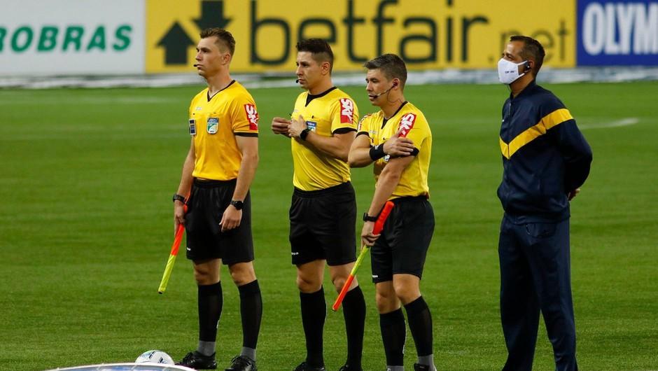 Nogometni sodnik tik pred začetkom tekme uriniral kar v hlače (foto: profimedia)