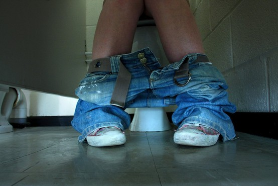 Novi TikTok trend, ki je zgrozil mnoge: S krožniki hrane v kopalnico, ko jih tišči na veliko potrebo!
