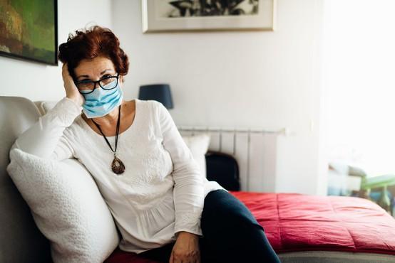 V ponedeljek potrdili 918 okužb, umrli trije bolniki