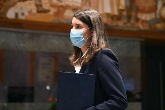 Kustečeva uspešno prestala interpelacijo, izid glasovanja je po njenem podpora za nadaljevanje mandata
