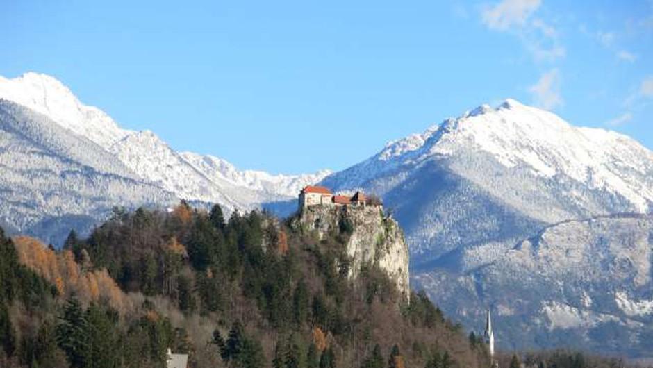 Ob dnevu sv. Patrika bo prvič zeleno osvetljen tudi Blejski grad (foto: Tinkara Zupan/STA)