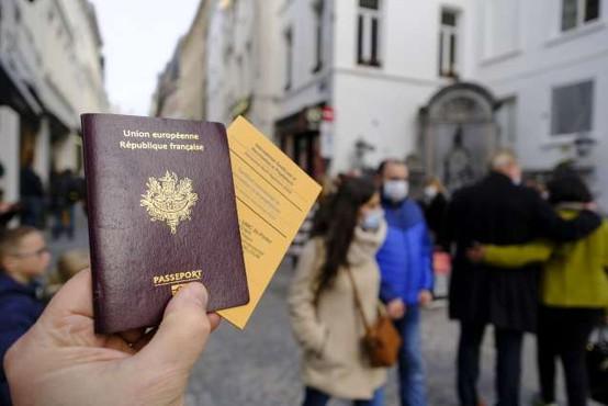 Bruselj predlaga brezplačno covidno potrdilo za olajšanje potovanj to poletje