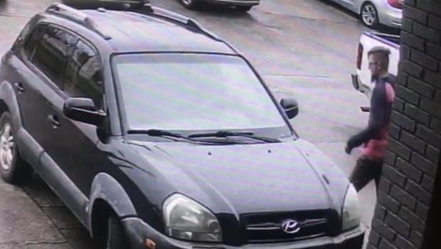 Varnostne kamere so ujele osumljenca pred lokacijo enega izmed masažnih salonov. (foto: Profimedia)