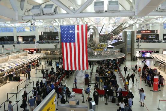 V ZDA se epidemija umirja, na letališčih beležijo največ potnikov od marca lani