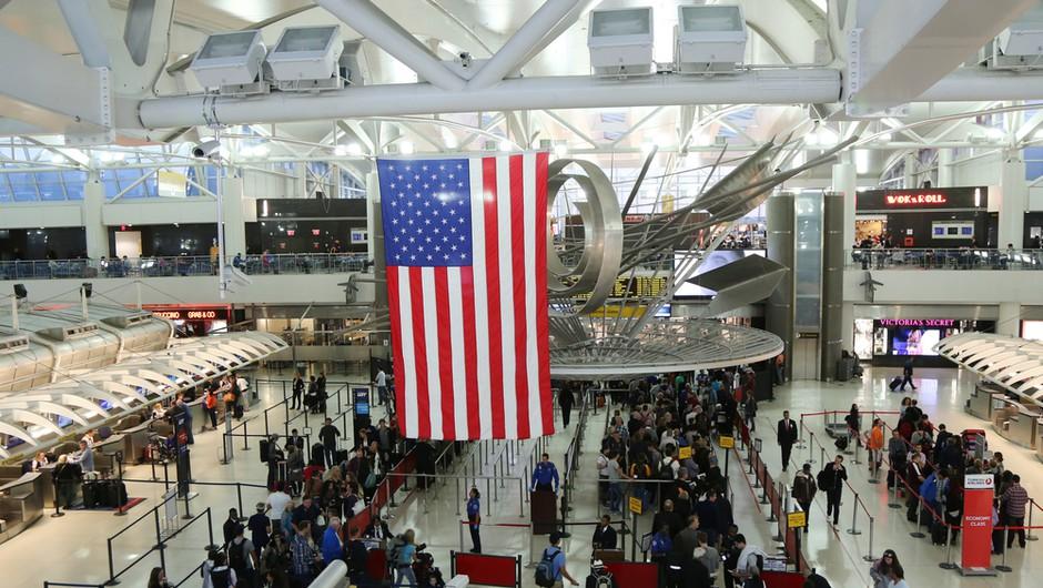 V ZDA se epidemija umirja, na letališčih beležijo največ potnikov od marca lani (foto: Shutterstock)