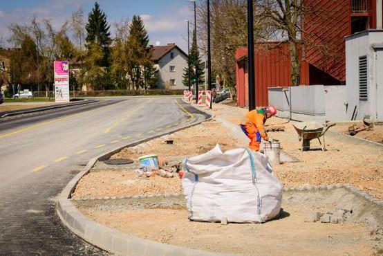 Obnova ljubljanske Kajuhove ulice obsežnejša od prvotnih načrtov, težave z dostopom do Ikee