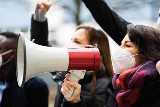 Po Evropi protesti zaradi protikoronskih ukrepov, najbolj vroče je bilo v Nemčiji