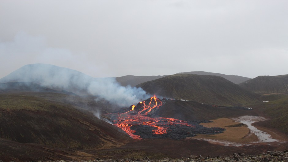 Izbruh vulkana na Islandiji privabil več tisoč radovednežev (foto: Icelandic Meteorological Office/Twitter)