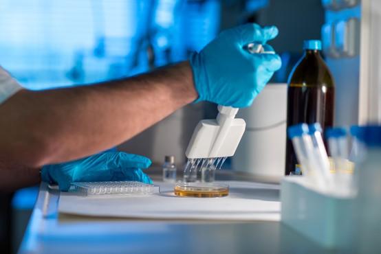 Roche: S koktajlom protiteles 70 odstotkov manj hospitalizacij in smrti zaradi covida-19