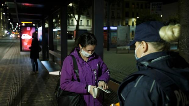 Vse manj zaskrbljenih za svoje življenje, vse več jih pogreša osebno svobodo (foto: Profimedia)