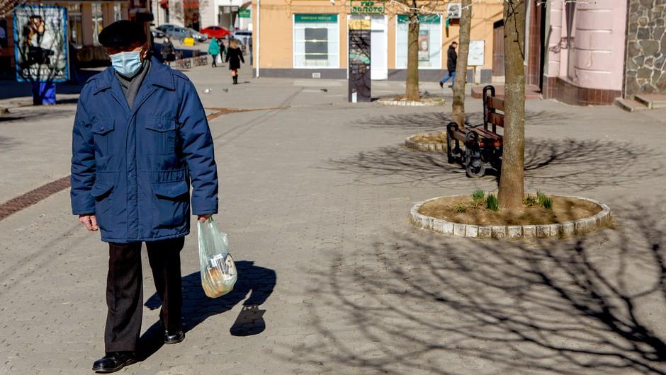 Sedemdnevno povprečje potrjenih okužb naraslo na 882 (foto: Profimedia)