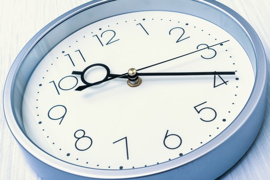 V noči na nedeljo bomo ure (še zadnjič) prestavili na poletni čas