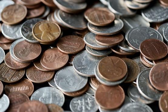 Američan dobil tedensko plačo v centih, ki mu jih je delodajalec nasul pred hišo