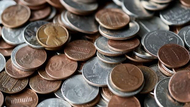 Američan dobil tedensko plačo v centih, ki mu jih je delodajalec nasul pred hišo (foto: profimedia)