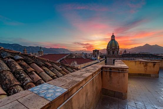 Na Siciliji zaradi prirejanja epidemioloških podatkov trojica v hišnem priporu