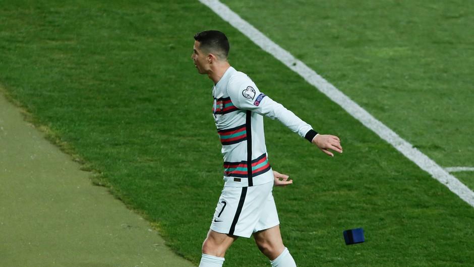 Ronaldov v jezi odvržen kapetanski trak za dobrodelno dražbo (foto: Profimedia)
