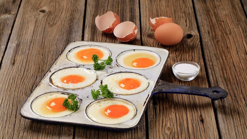 """Sveža jajca na testu: """"Na vsebnost omega 3 vpliva sestava hrane, s katero krmijo kokoši nesnice!"""" (foto: profimedia)"""