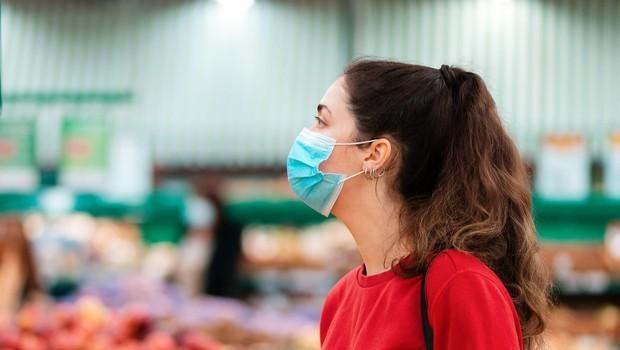Večina vladi ne zaupa, da v boju z epidemijo sprejema pravilne odločitve (foto: Profimedia)