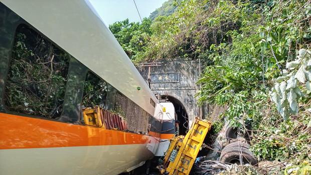 Na Tajvanu vlak trčil v gradbeno vozilo, ki je zašlo ob progo (foto: profimedia)