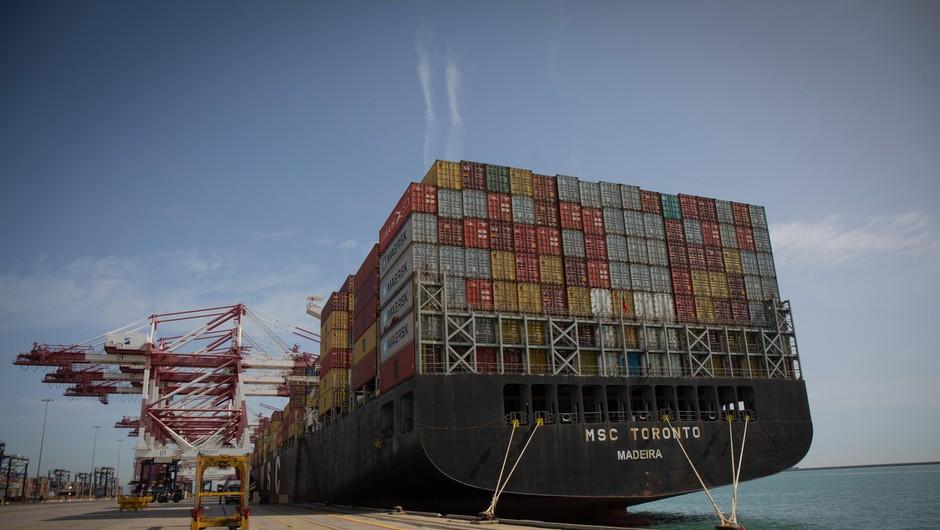 Sueški prekop preplula še zadnja od 422 ladij, ki so obstale zaradi nasedle velikanke (foto: profimedia)