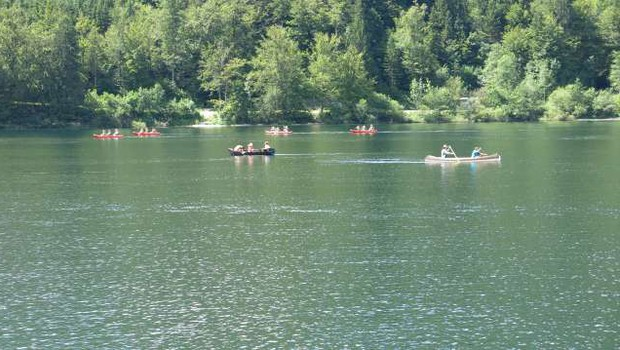 Na Bohinjskem jezeru načrtujejo omejitve pri športnih in drugih dejavnostih (foto: Tinkara Zupan/STA)