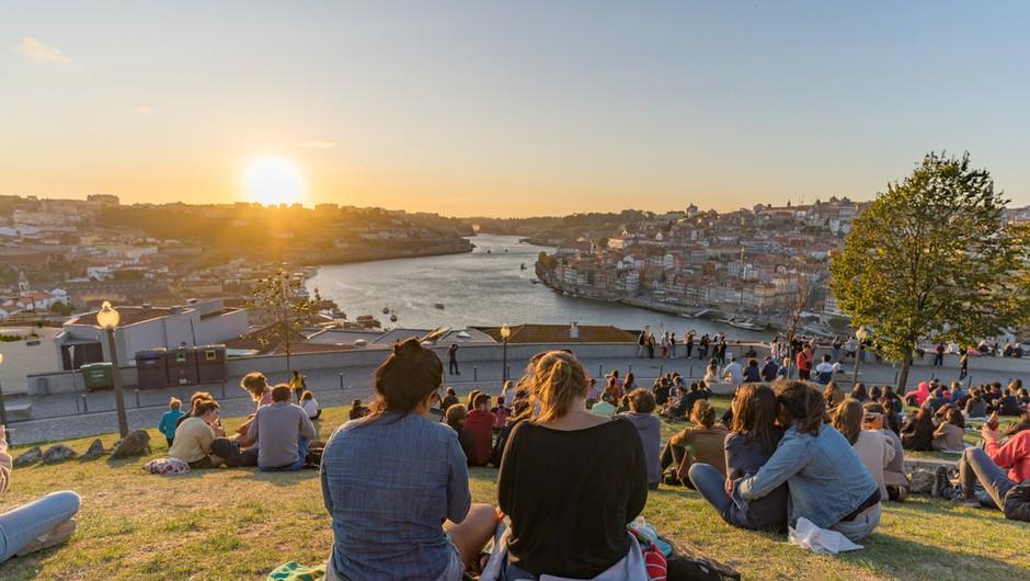 Povsod še strožji ukrepi, a v eni evropski državi se življenje vrača v normalne tirnice (foto: Shutterstock)