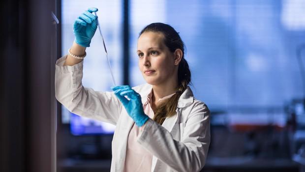Slovenski raziskovalci prispevali k napredku pri razvoju zdravila za covid-19 (foto: Profimedia)