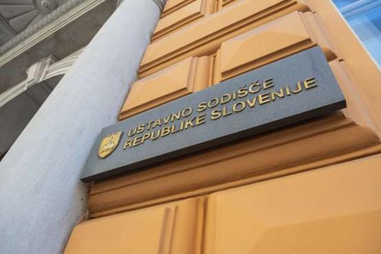 Ustavno sodišče začasno zadržalo določbo vladnega odloka, ki omejuje potovanja v države na rdečem seznamu