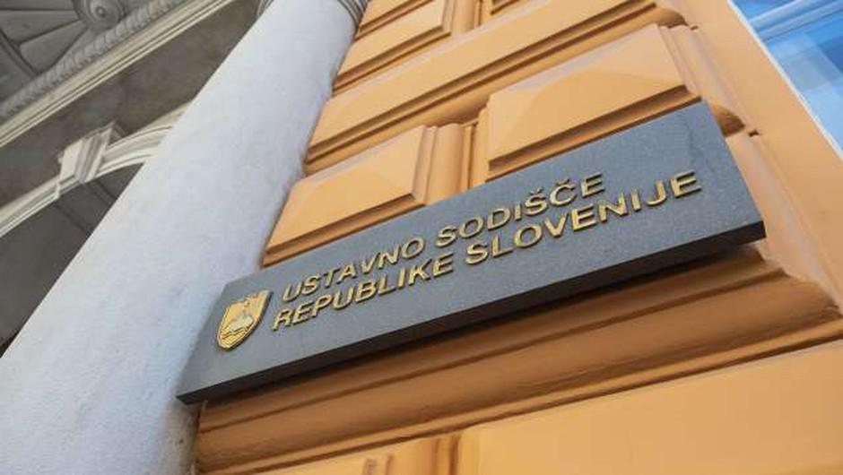 Ustavno sodišče začasno zadržalo določbo vladnega odloka, ki omejuje potovanja v države na rdečem seznamu (foto: Bor Slana/STA)