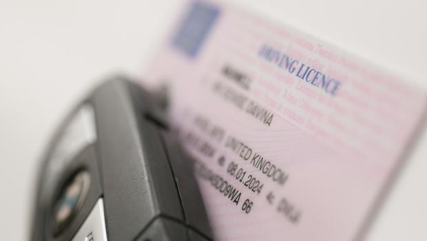 Poznate pomen kod na vozniških dovoljenjih? Neupoštevanje vas lahko drago udari po žepu (foto: Profimedia)