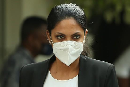 Gospa sveta aretirana, ker je z glave aktualne gospe Šrilanke iztrgala krono