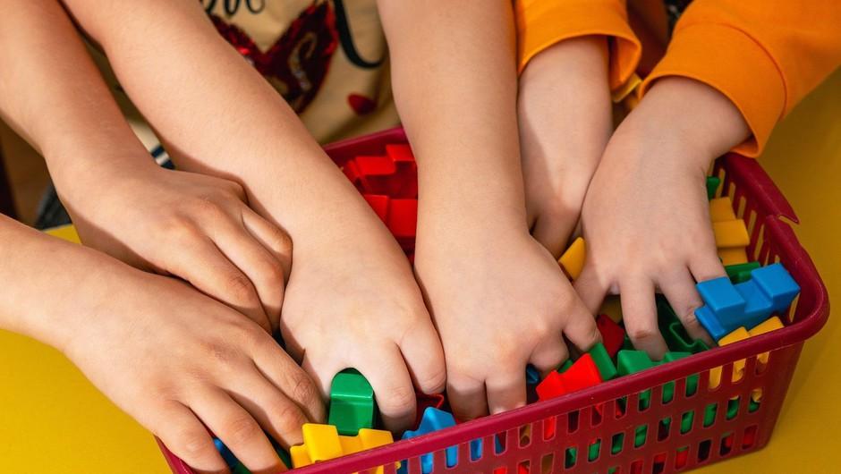 Vrtce in šole spet odpirajo vrata, dijaki do tretjega letnika po modelu C (foto: profimedia)