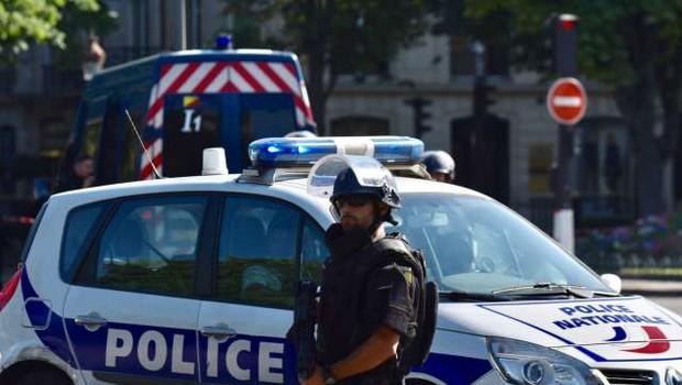 V streljanju pred pariško bolnišnico en mrtev (foto: Xinhua/STA)