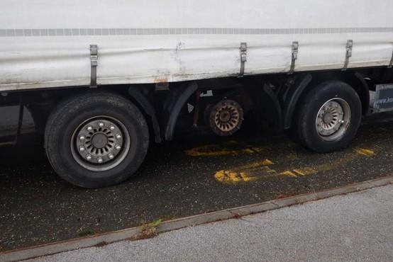 21 ton tovora prevažal brez sredinskega kolesa