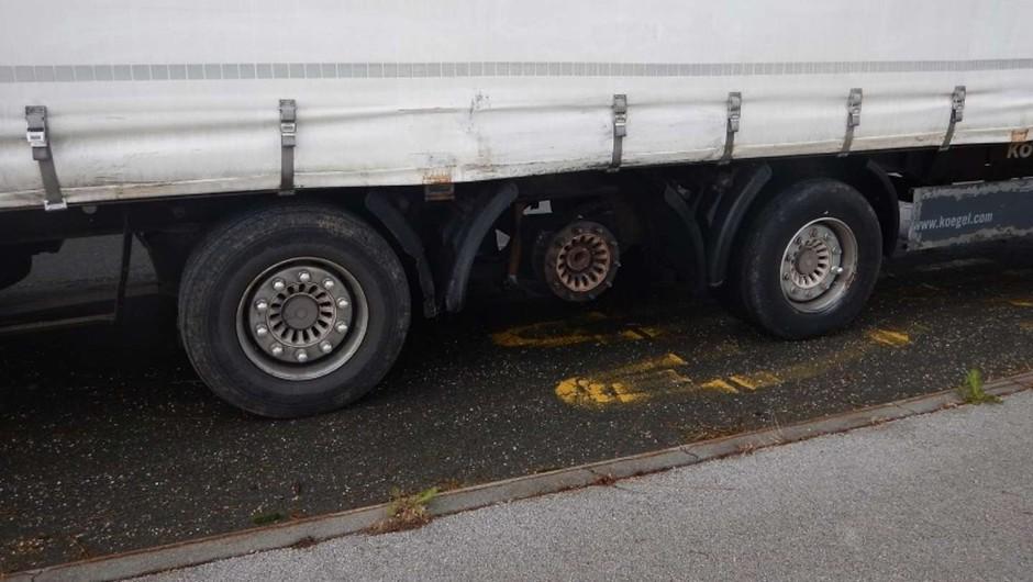 21 ton tovora prevažal brez sredinskega kolesa (foto: PU Novo mesto)