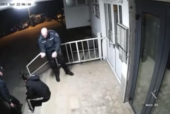 Policista pretepla mladeniča, ker je kršil policijsko uro – šokanten posnetek iz Mostarja zaokrožil po spletu