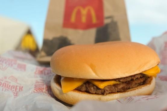 """Brutalno iskreno opravičilo McDonald'sa """"Nihče noče več delati!"""" zaokrožilo po TikToku"""