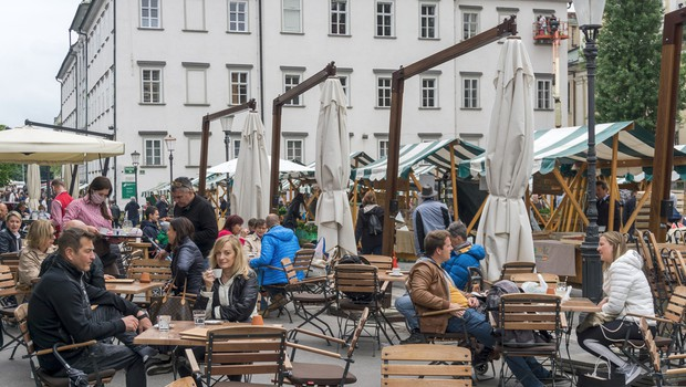Vlada danes znova o ukrepih, odločali naj bi se predvsem o morebitnem odprtju gostinskih teras (foto: Shutterstock)