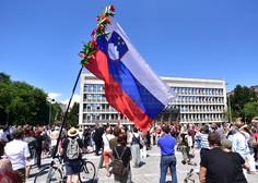 Ustavno sodišče začasno zadržalo prepoved javnih shodov