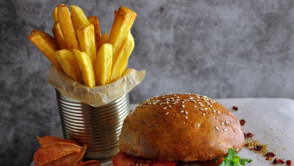 Pogosto uživanje hitro pripravljene hrane v restavracijah povezano s prezgodnjo smrtjo (foto: profimedia)